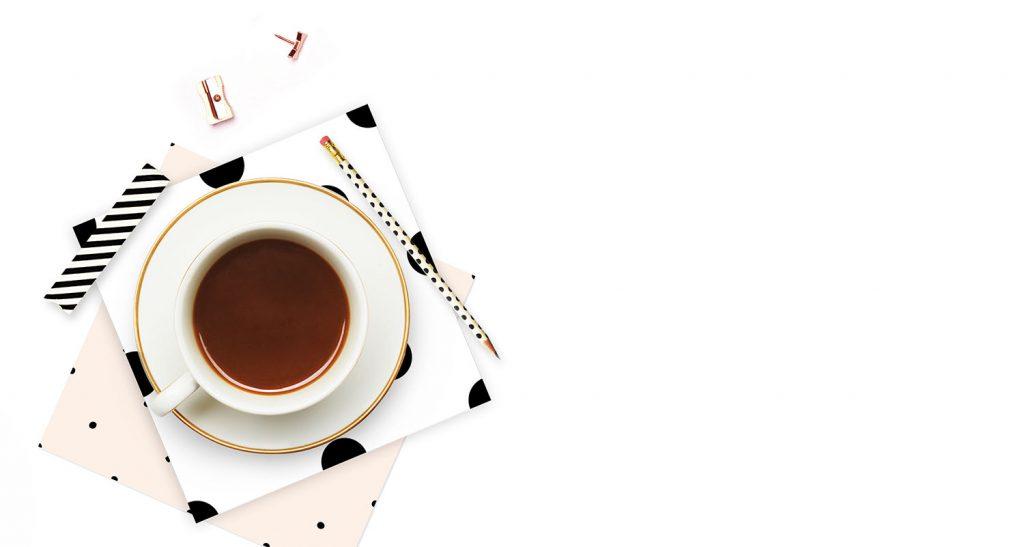tasse de thé et crayon