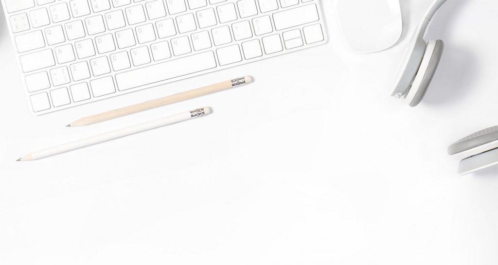 clavier d'ordinateur, crayon et casque